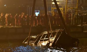 Bus plunges into chinese river after combat between driver and passenger